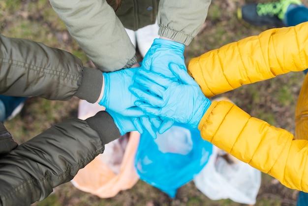 Vista superior de las manos de los niños unidos