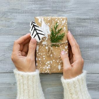Vista superior de manos con regalo de navidad