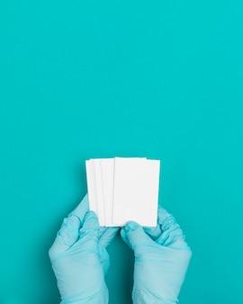 Vista superior manos sosteniendo sobres con espacio de copia