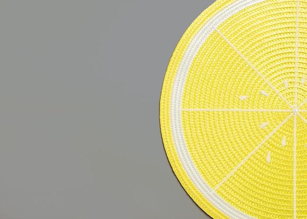 Vista superior de un mantel de limón en gris con copyspace Foto Premium