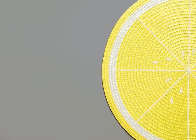 Vista superior de un mantel de limón en gris con copyspace