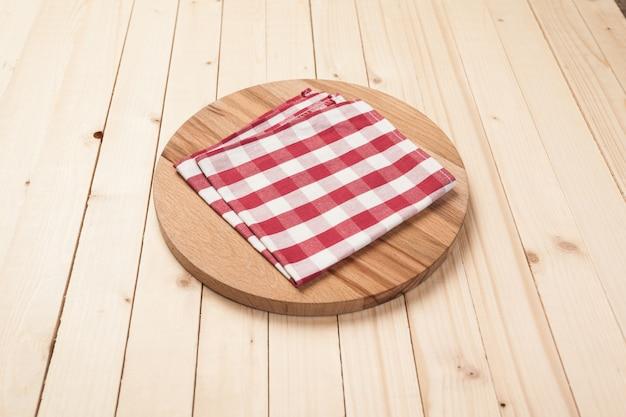 Vista superior del mantel, servilleta de cocina en mesa de madera