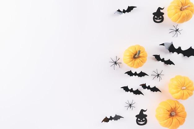 Vista superior de manualidades de halloween en blanco