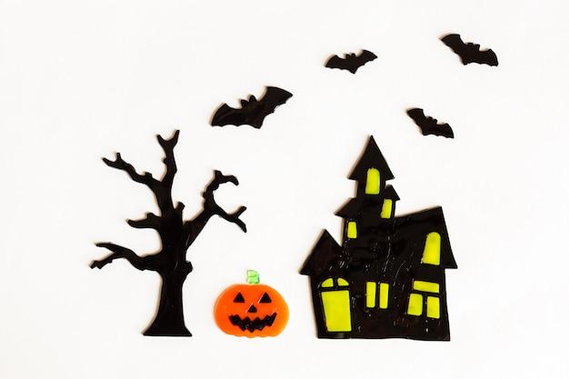 Vista superior de manualidades de halloween, casa, murciélago, árbol, calabaza
