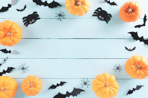 Vista superior de manualidades de halloween en madera verde pastel con espacio de copia.