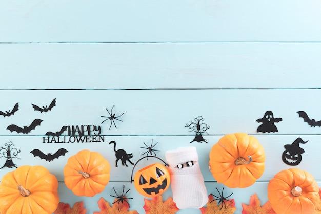 Vista superior de manualidades de halloween en madera verde pastel