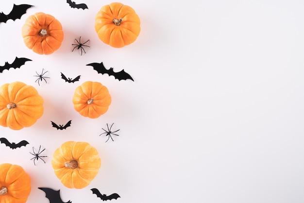 Vista superior de las manualidades de halloween sobre fondo blanco, halloween.