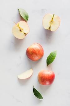 Vista superior manzana con hojas