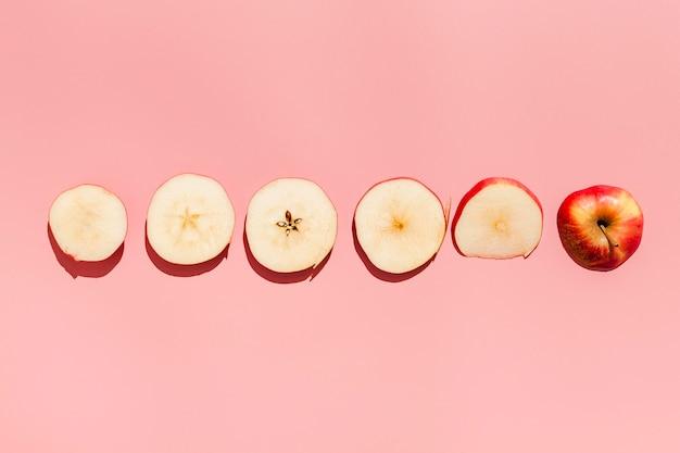Vista superior de manzana sobre fondo rosa