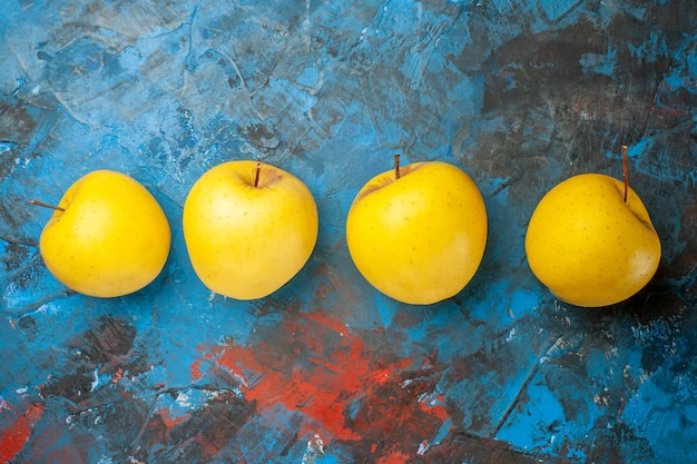 Vista superior manzanas dulces frescas forradas sobre fondo azul.