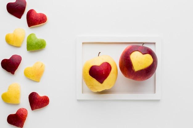 Vista superior de manzanas con forma de corazón de fruta en marco