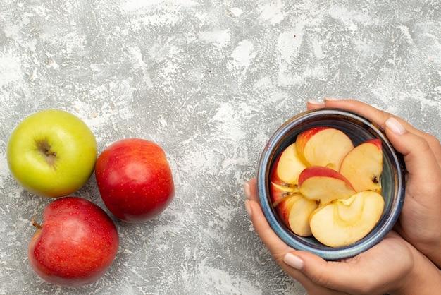 Vista superior de manzanas frescas en pared blanca luz fruta de árbol maduro fresca