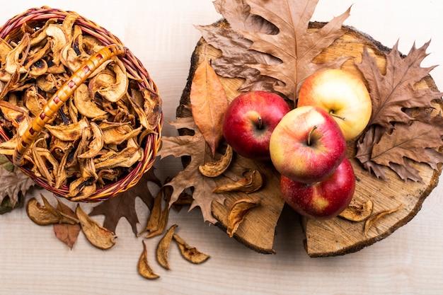 Vista superior de manzanas y hojas de otoño de fondo