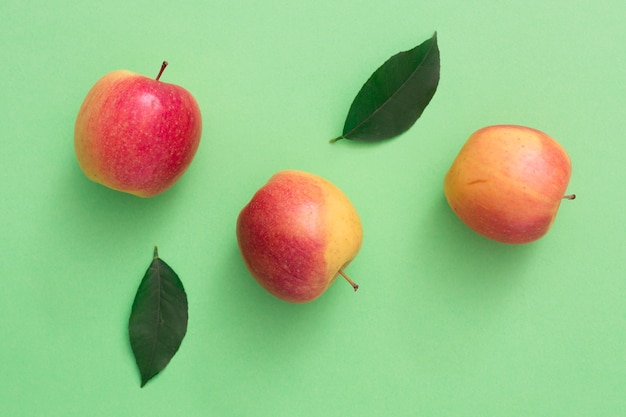 Vista superior manzanas con hojas