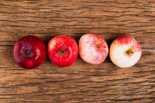 Vista superior de manzanas en la mesa de madera