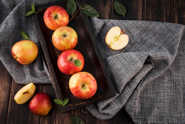Vista superior de manzanas orgánicas sobre la mesa