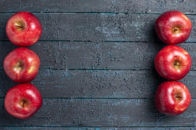 Vista superior de manzanas rojas frescas frutas maduras suaves en el escritorio azul oscuro color de la fruta planta roja vitamina fresca