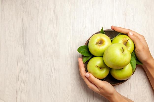 Vista superior de manzanas verdes frescas frutas maduras y suaves en el escritorio blanco planta frutas color árbol verde fresco