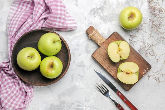 Vista superior de manzanas verdes frescas sobre fondo blanco claro