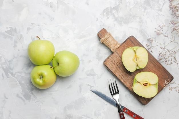 Vista superior de manzanas verdes frescas sobre fondo blanco.