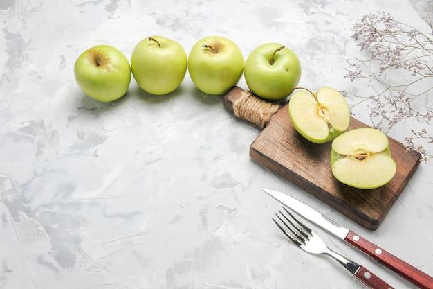 Vista superior manzanas verdes frescas sobre piso blanco