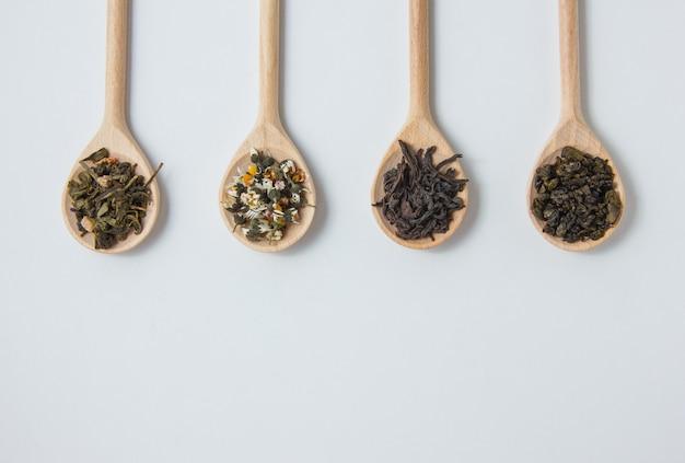 Vista superior de manzanilla seca en cuchara con hierbas de té.