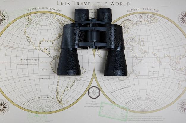 Vista superior del mapa y binoculares en la mesa
