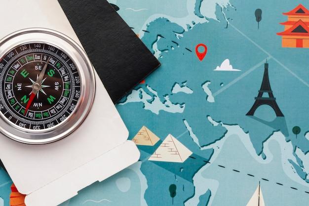 Vista superior del mapa mundial y brújula