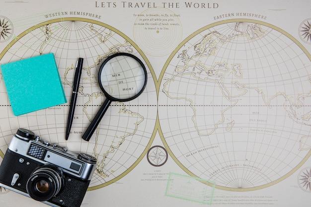 Vista superior del mapa mundial y herramientas de viaje