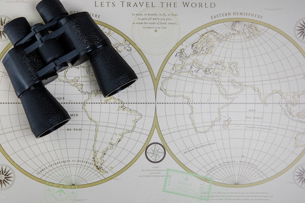 Vista superior del mapa del mundo y binoculares