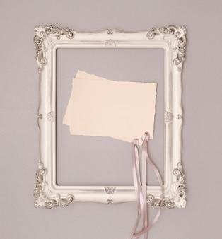 Vista superior maqueta de invitación de boda en marco vintage