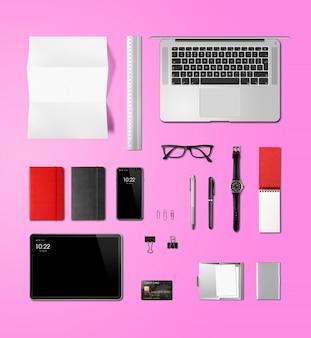 Vista superior de la maqueta de marca de escritorio de oficina aislada en rosa