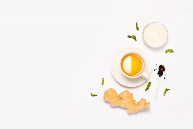Vista superior maqueta de taza de té de hierbas, jengibre fresco, menta y azúcar