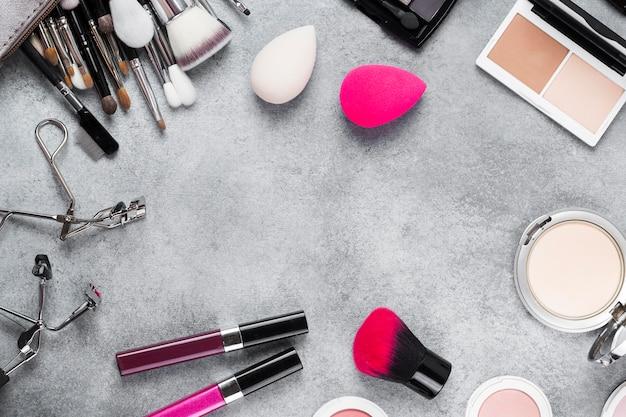 Vista superior del maquillaje en concepto de escritorio