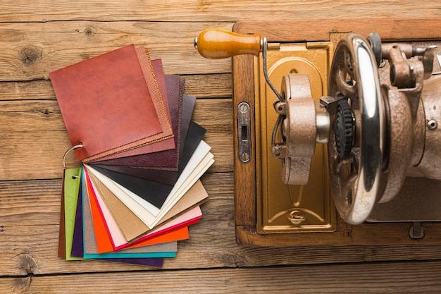 Vista superior de la máquina de coser vintage con tela