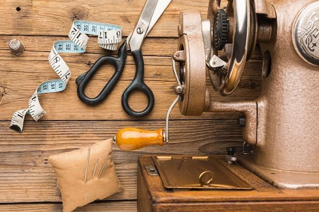 Vista superior de la máquina de coser vintage con tijeras y cinta métrica