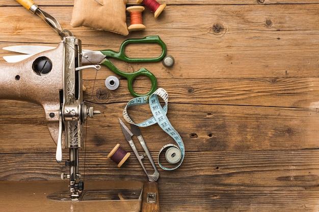 Vista superior de la máquina de coser vintage con tijeras e hilo