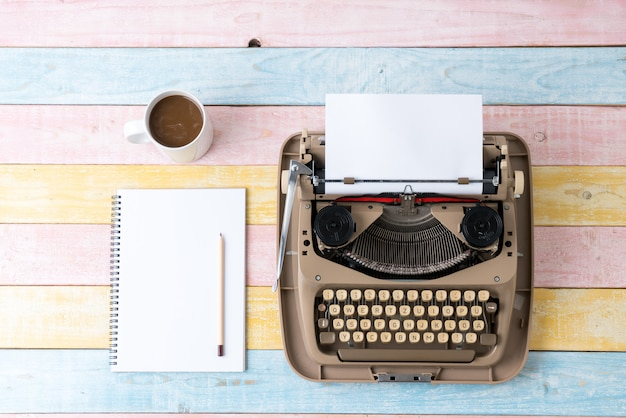 Vista superior de la máquina de escribir de estilo retro