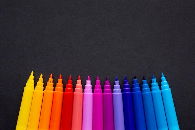 Vista superior del marcador colorido con espacio de copia