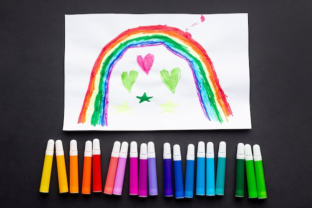 Vista superior de marcadores de colores y dibujo
