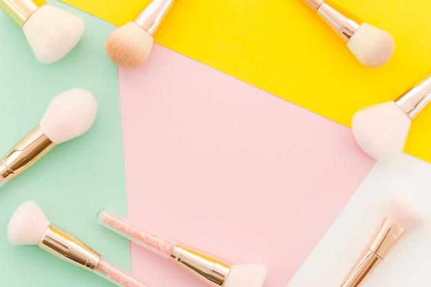 Vista superior marco brochas de maquillaje