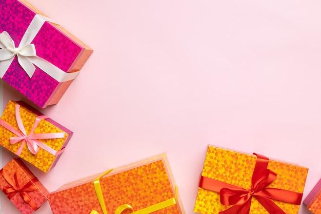 Vista superior del marco de cajas de regalo para celebración de cumpleaños de navidad o año nuevo en rosa