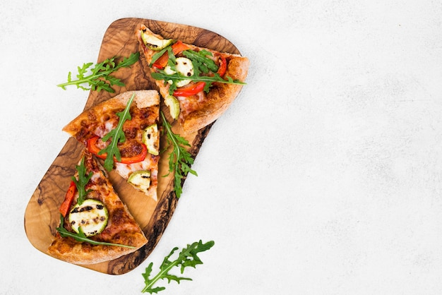 Vista superior del marco de comida con pizza