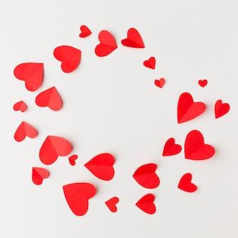 Vista superior del marco de corazones de papel
