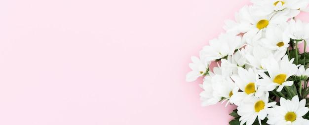 Vista superior del marco floral con fondo rosa