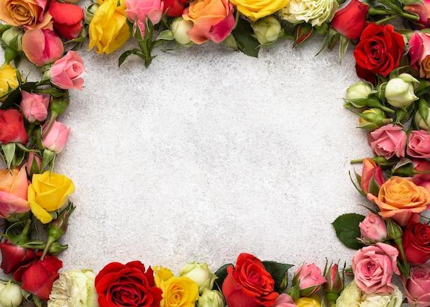 Vista superior del marco de flores de colores