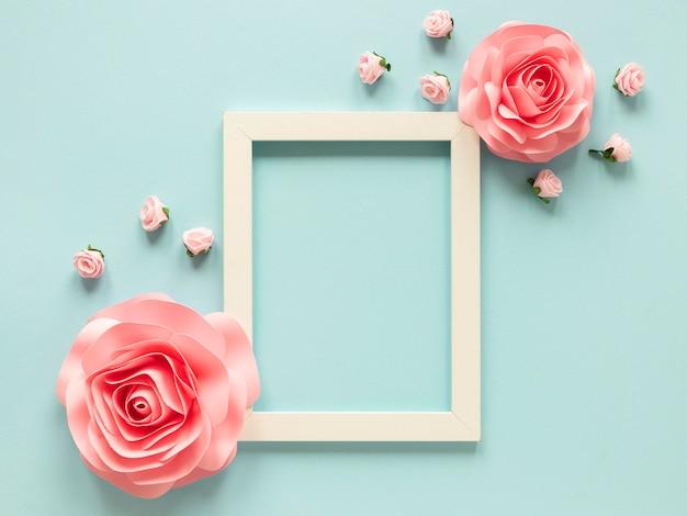 Vista superior del marco con flores de papel para el día de la mujer.