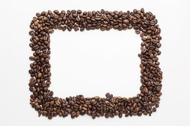 Vista superior del marco de granos de café con espacio de copia