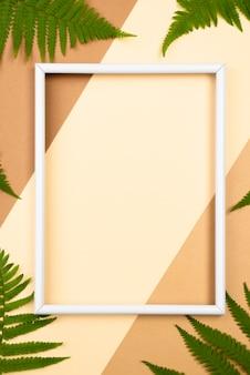 Vista superior del marco con hojas de helecho