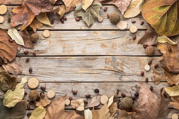 Vista superior del marco de hojas de otoño con espacio de copia